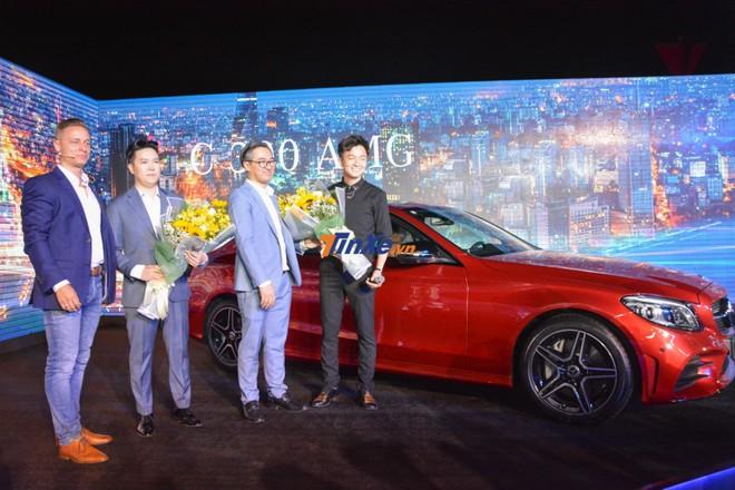 2 ca sĩ Lê Hiếu và Ngô Kiến Huy nhận hoa từ lãnh đạo Mercedes-Benz Việt Nam