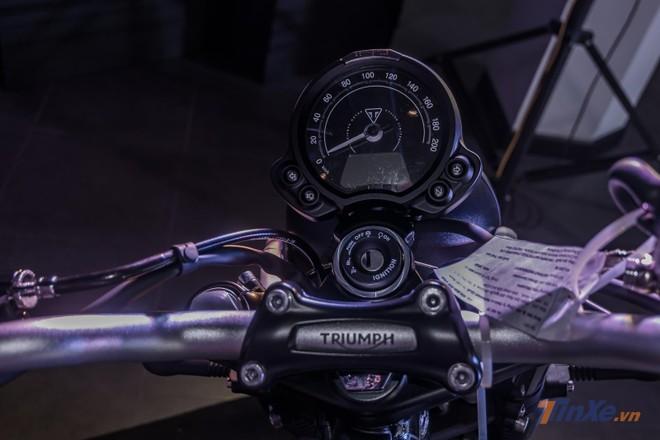Triumph Street Scrambler 2019 được trang bị cho bộ đồng hồ đơn gọn gàng đặt chính giữa khu vực chảng ba với dạng Analog kết hợp điện tử.