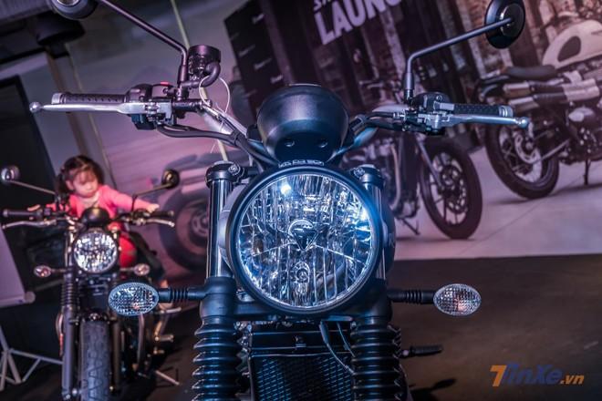 Sử dụng đèn pha dạng tròn cổ điển cùng Logo Triumph được đặt chính giữa, chiếc xe giữ lại nguyên vẹn vẻ đẹp vốn có của hãng xe Anh Quốc. Bộ đèn pha này sẽ được trang bị bóng Halogen cổ điển với ánh sáng vàng.