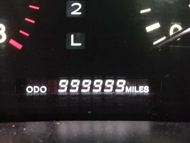 Đồng hồ công-tơ-mét của chiếc Lexus LS400 hiển thị dòng số 999999 dặm đẹp mắt