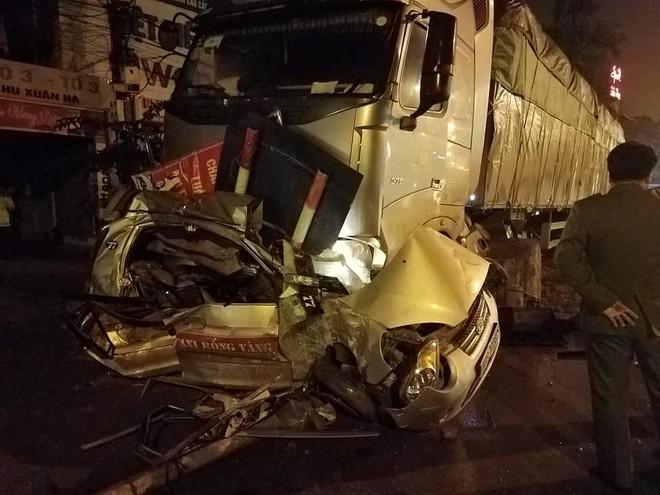 Chiếc taxi nát bét sau vụ tai nạn liên hoàn