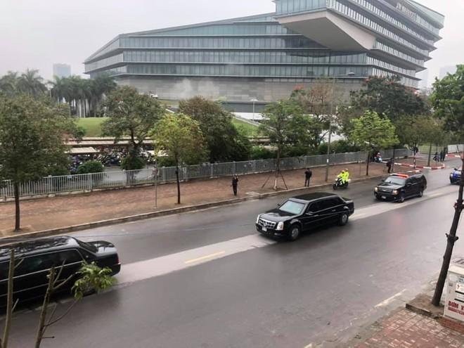 Đoàn xe hộ tống Tổng thống Trump di chuyển từ sân bay Nội Bài về trung tâm Hà Nội