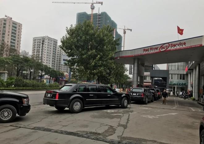Đoàn xe của Tổng thống Trump vào một cây xăng trên đường Lê Văn Lương để đổ xăng