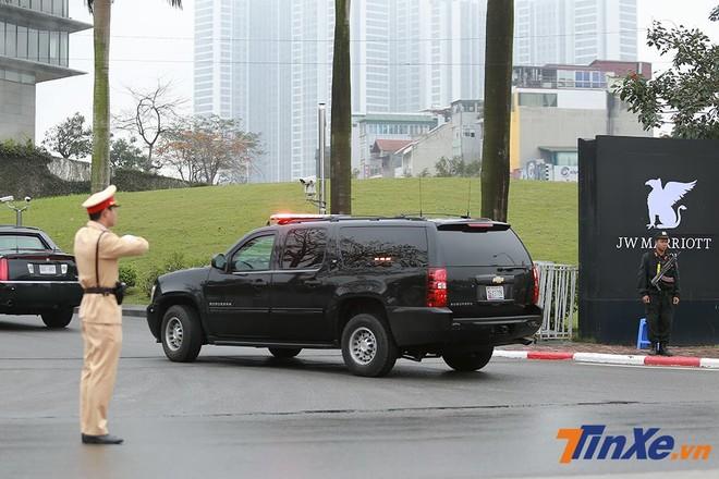 Một chiếc Chevrolet Suburban trong đoàn