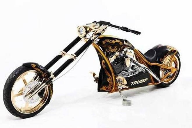 Tổng thống Mỹ còn từng gây choáng khi sở hữu 1 chiếc Orange County Choppers hàng thửa được mạ vàng 24k và có tên mình trên xe
