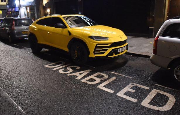 Lamborghini Urus của Roberto Firmino đỗ vào khu vực có dòng chữ Disabled-dành cho người tàn tật