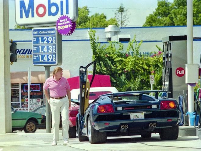 Ông Donald Trump khá xì-tin khi diện áo thun màu hồng lái Lamborghini Diablo VT
