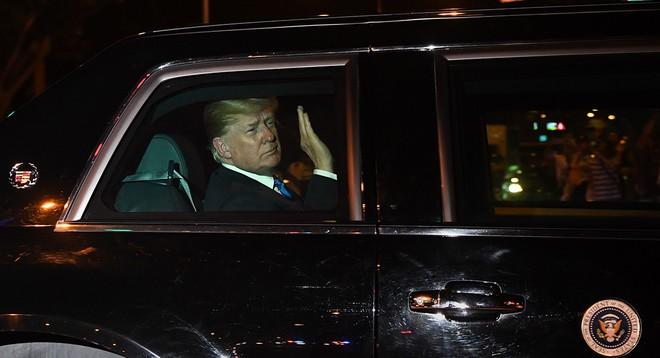 Ông Donald Trump trong khoang lái của Cadillac One