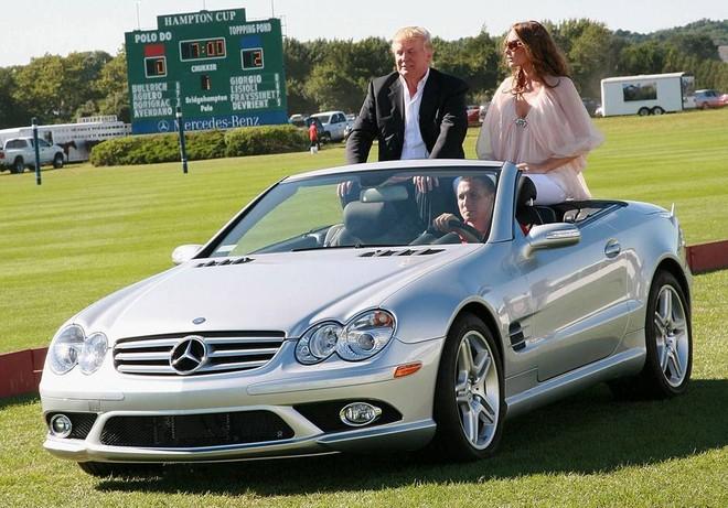 Vợ chồng Tổng thống Mỹ trên 1 chiếc Mercedes-Benz mui trần
