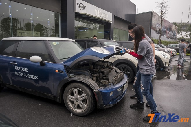 Các chủ xe kiểm tra xe trước khi khởi hành.