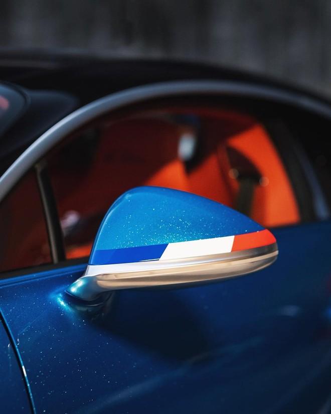 Vỏ gương ngoại thất có dải sơn 3 màu trắng, xanh dương và cam giống quốc kỳ Pháp
