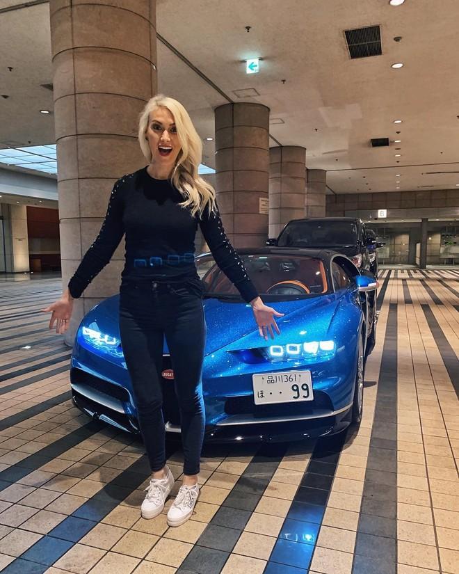 Supercar Blondie chụp ảnh bên chiếc Bugatti Chiron có các trang bị tùy chọn trị giá 1 triệu USD