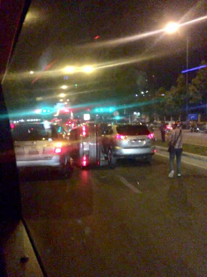 Chiếc Honda City bị kẹp giữa chiếc Lexus RX và Toyota Innova