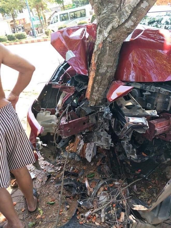 Phần đầu của chiếc xe đón dâu vỡ nát sau 2 cú đâm liên tiếp