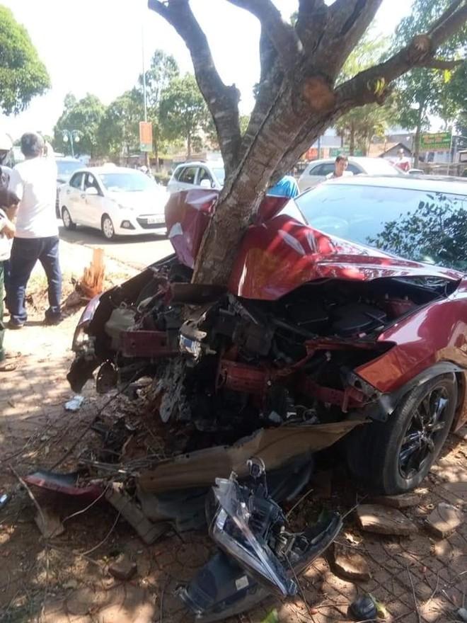 Chiếc Mazda3 này đã đâm liên tiếp 2 gốc cây trên vỉa hè