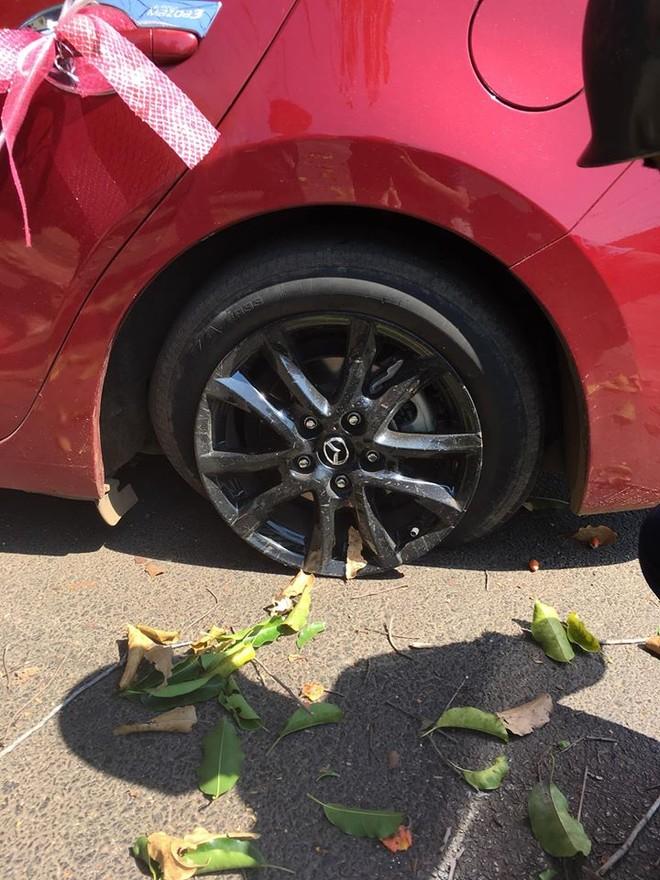 Bánh sau bên trái của chiếc Mazda3 bị nổ lốp