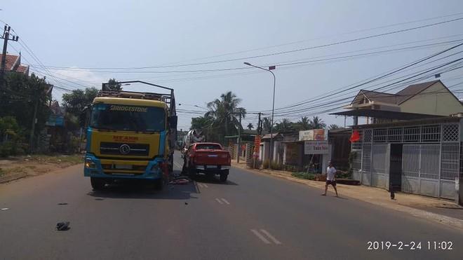 Chiếc ô tô tải cũng bị vỡ góc đầu xe bên trái