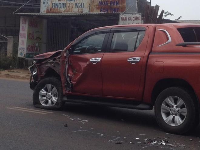 Chiếc Toyota Hilux bị biến dạng góc đầu xe bên trái