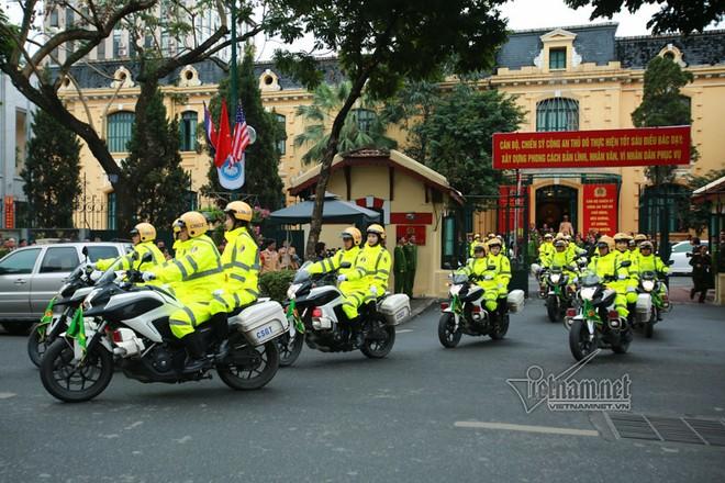 Các xe chuyên dụng, xe bọc thép và các cán bộ chiến sĩ xuất phát từ trụ sở Công an Hà Nội (phố Trần Hưng Đạo, quận Hoàn Kiếm) và diễu hành qua các tuyến phố thủ đô trong lễ xuất quân