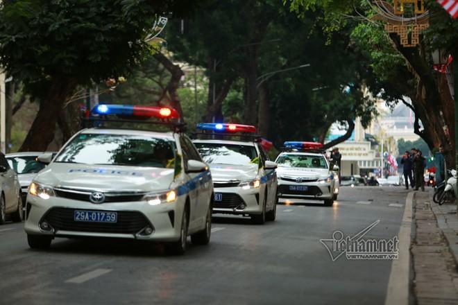 Xe chuyên dụng của Công an Hà Nội đi qua phố Tràng Thi