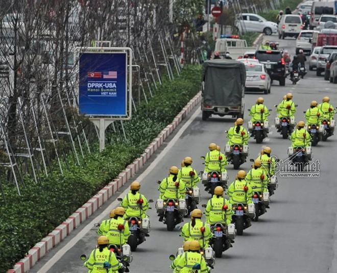 Đoàn xe đi qua phố Kim Mã, Nguyễn Chí Thanh, quận Ba Đình