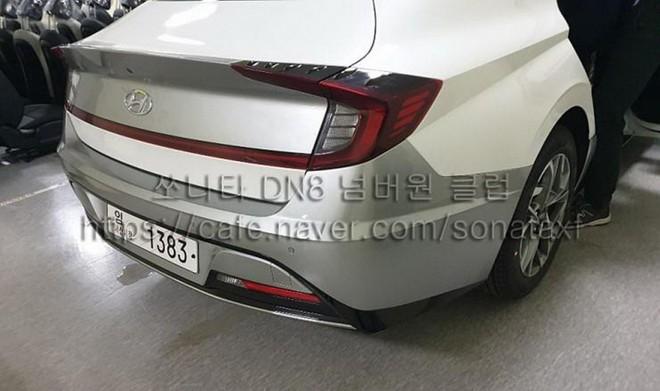 Hyundai Sonata 2020 nhìn từ phía sau với cụm đèn hậu nối liền nhau
