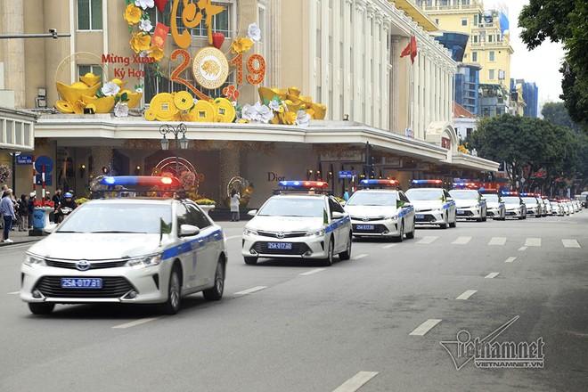 Đoàn xe diễu hành qua các tuyến phố Hàng Bài - Đinh Tiên Hoàng - Lê Thái Tổ, quận Hoàn Kiếm
