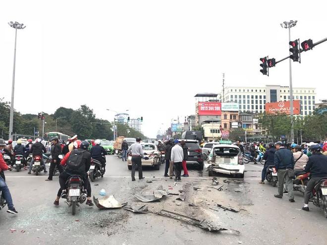Hiện trường vụ tai nạn liên hoàn giữa 3 ô tô và 1 xe máy