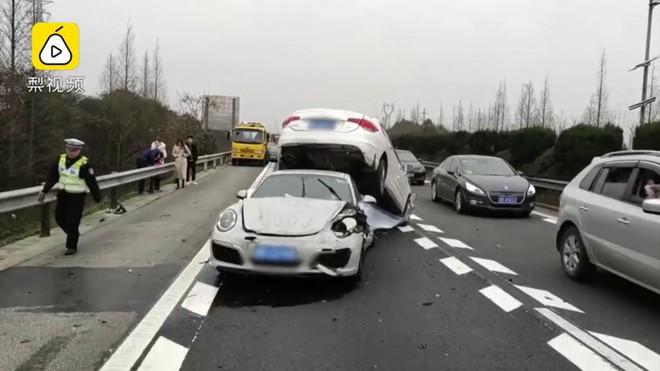 Chiếc Porsche 911 bị hỏng nặng sau vụ tai nạn tốc độ cao