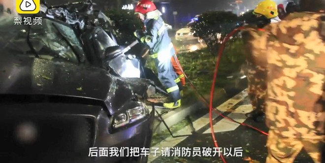 Chiếc Jaguar gần như bẹp dúm sau vụ tai nạn