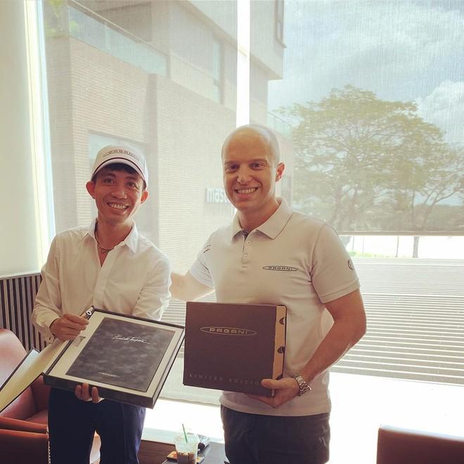 Minh Nhựa nhận quà từ ông Alberto Giovanelli, Giám đốc bán hàng toàn cầu của Pagani.