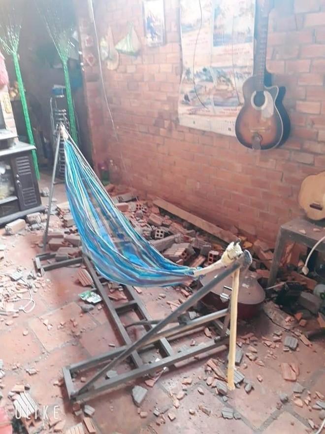 Mảng tường nhà dân bị đâm sập bởi chiếc xe máy
