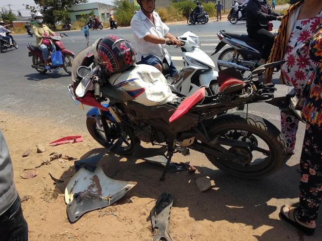 Bộ vỏ vỡ nát để lộ ra cỗ máy đã được độ chế trên chiếc xe