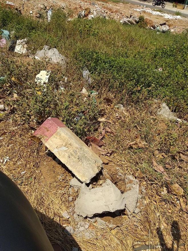 Trụ bê tông bị đâm gãy, được biết, trụ bê tông này vừa được làm lại cách đây ít lâu