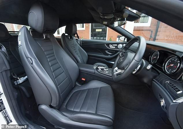 Ghế của chiếc Mercedes-Benz E-Class Cabriolet này được bọc bằng da và nhựa