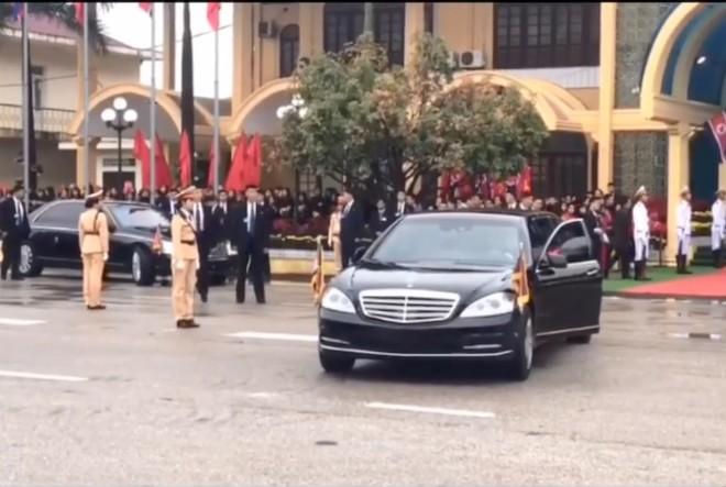 Tài xế của Chủ tịch Triều Tiên mở cửa Mercedes-Benz S600 Pullman Guard để quan sát lùi xe