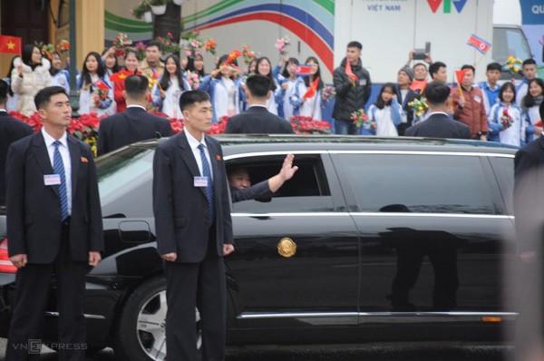 Dàn vệ sĩ túc trực xung quanh xe bọc thép chống đạn Mercedes-Benz S600 Pullman Guard của ông Kim Jong-Un