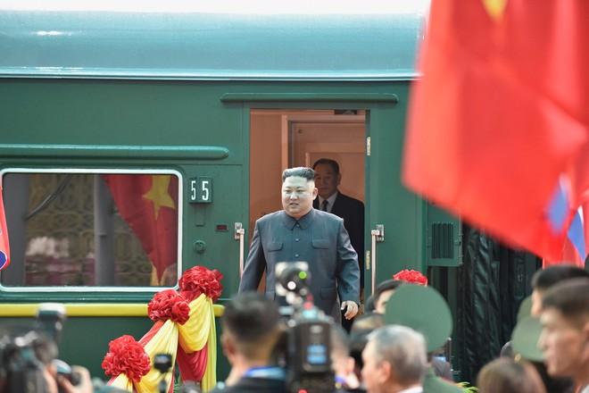 Ông Kim Jong-Un bước xuống ga Đồng Đăng từ đoàn tàu bọc thép