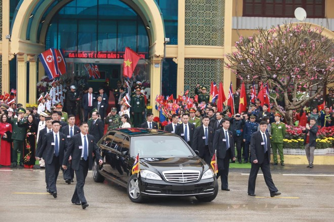 Đội vệ sĩ bắt đầu di chuyển theo chiếc xe bọc thép của ông Kim Jong-Un