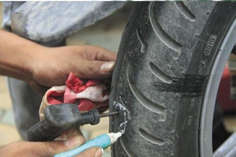 Thủng lốp thì không nên vá dùi, chỉ trong trường hợp khẩn cấp