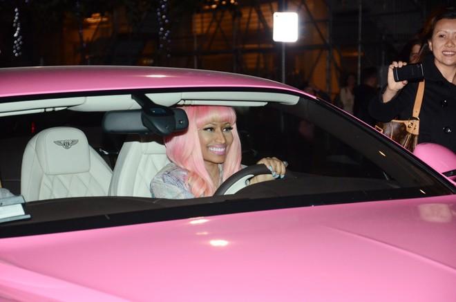 Nữ rapper lái chiếc Bentley Continental GT màu hồng