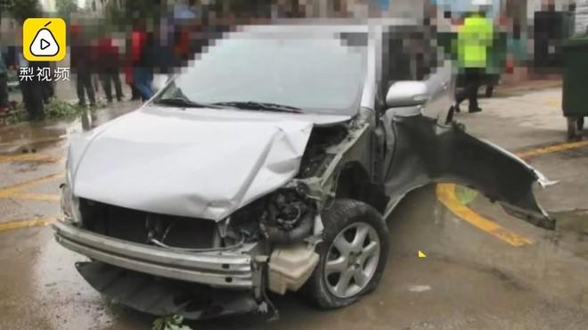 Thiệt hại chiếc ô tô của cô con gái do người bố gây tai nạn
