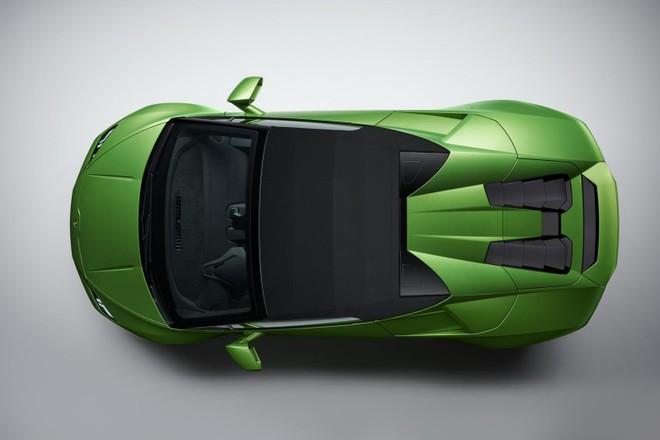 Mui xếp mềm trên Lamborghini Huracan Evo Spyder là khác biệt rõ ràng nhất so với bản Coupe