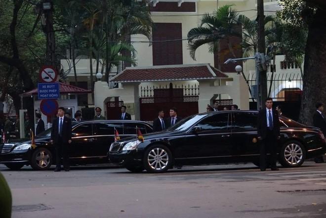 Maybach 62S đỗ cùng xe bọc thép và chống đạn Mercedes-Benz S600 Pullman Guard trước đại sứ quán Triều Tiên đặt ở Hà Nội