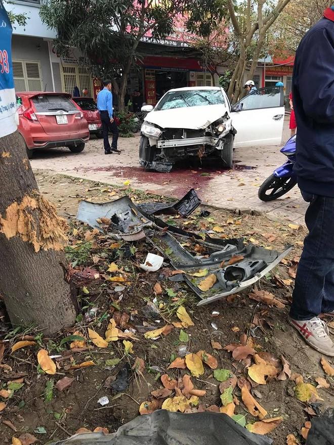 Chiếc Toyota Yaris gây tai nạn bị hỏng nặng phần đầu xe