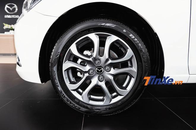 Thiết kế la-zăng trên phiên bản cao cấp nhất của sedan vẫn được giữ nguyên nhưng đã có thay đổi về màu sơn
