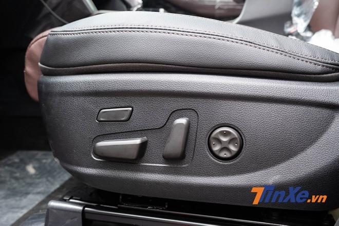 Ghế phụ giờ đây có chỉnh điện, ghế lái có thêm chức năng nhớ vị trị đúng như những gì khách hàng mong đợi