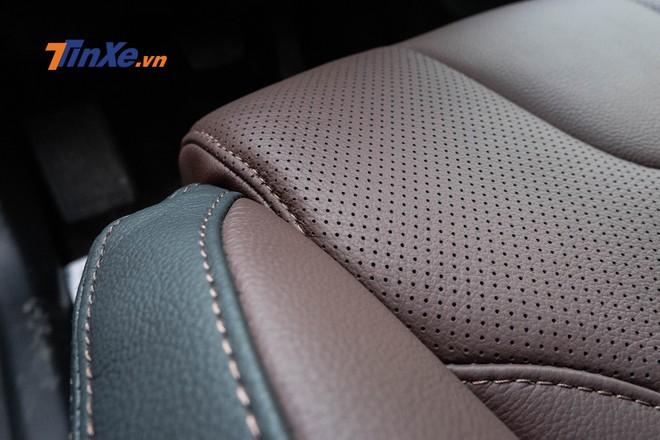 Ghế ngồi của xe được bọc da nâu phối đen, đục lỗ và điểm xuyết bằng chỉ vàng nổi bật