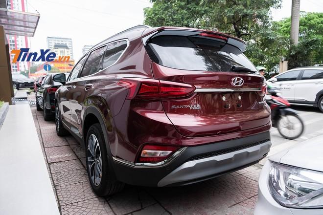 Về thiết kế ngoại thất, phiên bản Premium không khác gì với phiên bản đặc biệt trừ logo ở phía sau xe