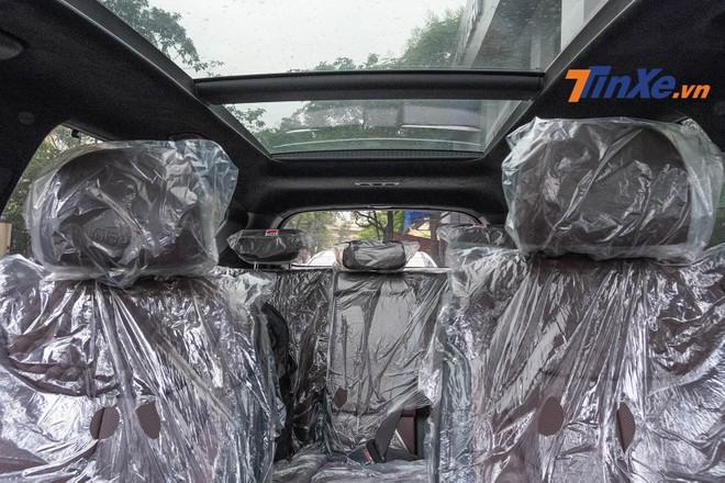 Nội thất màu nâu kết hợp với cửa sổ trời đem lại cảm giác rộng rãi, thoáng đãng cho xe
